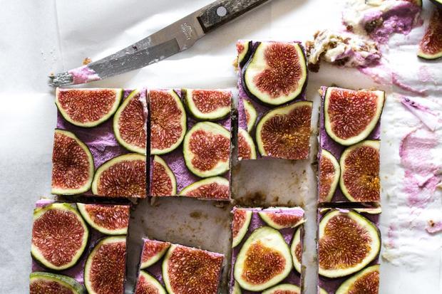 Süßspeisen: Dattel-Stückchen mit cremiger Cashewnusscreme und Feigen
