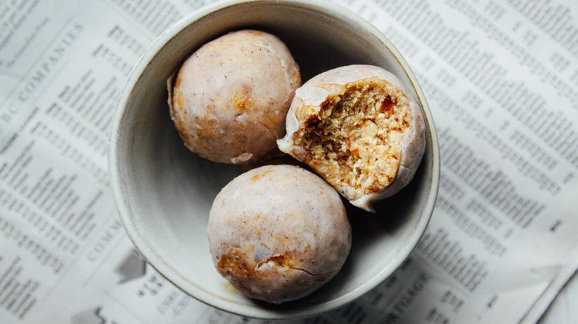 Vegane Küche: Süß drin statt drauf: Emily von Euws Vanille-Karamell-Donuts sind Kugeln, nicht Kringel.