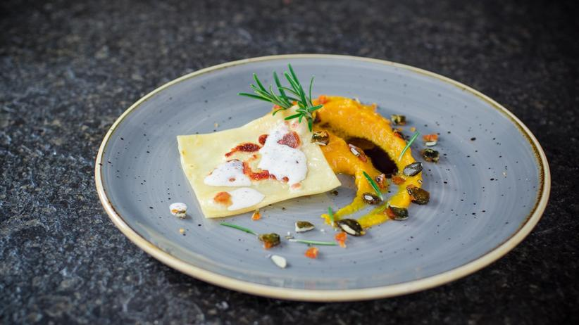 Creme, Crunch und Öl: Der Kürbis kann viele Formen annehmen. Hier begleitet er Ravioli.