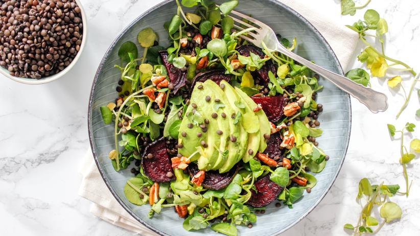 Gesunde Rezepte: Linsen und Avocado machen den Salat zur Hauptmahlzeit.