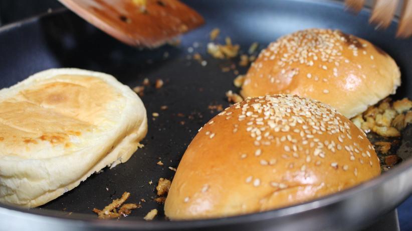 Süßkartoffel-Kichererbsen-Burger: Zum Schluss werden die Burger-Brötchen kurz angeröstet.