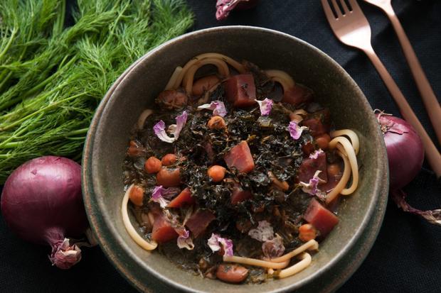 """Persischer Hühnereintopf: """"Ramen auf Persisch"""" nennt die Bloggerin diese gehaltvolle Suppe."""