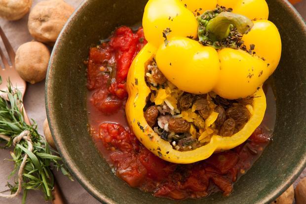Persischer Hühnereintopf:: In die Paprikafüllung kommen Rosinen und getrocknete Limetten.