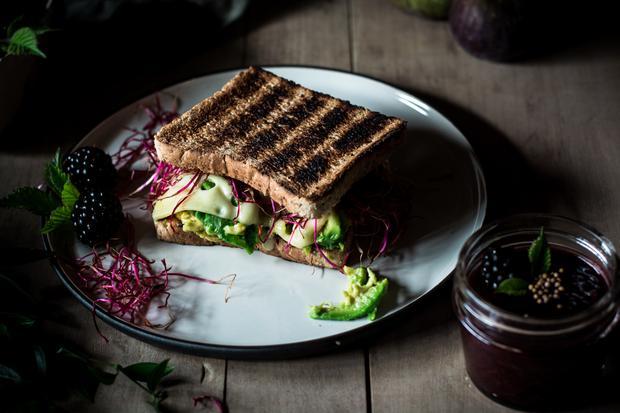 Pistazienkuchen: Der Brombeeren-Feigen-Senf zum Sandwich wird frisch angerührt.