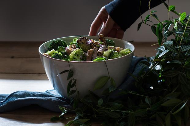 Pistazienkuchen: Der Brokkolisalat wird mit Vollkornpenne serviert, ins Dressing kommt Nussmilch.