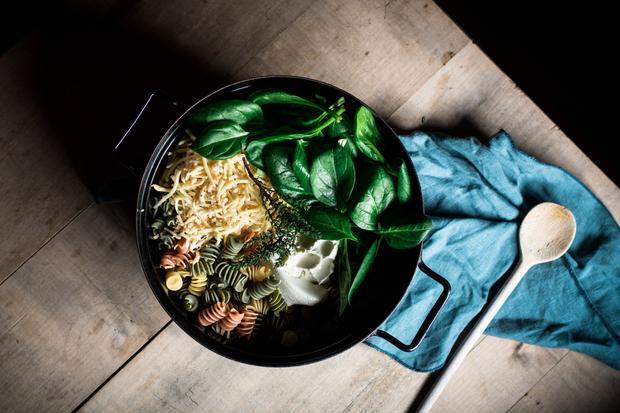 Pistazienkuchen: One Pot Pasta wird tatsächlich in nur einem Topf zubereitet: Erst kochen die Nudeln in der Gemüsebrühe, dann kommt  Spinat hinzu und zum Schluss der Käse.