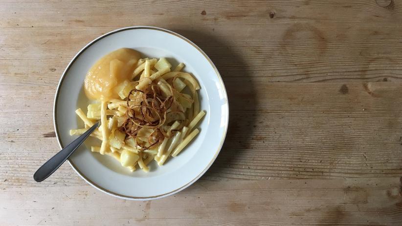 Schweizer Küche: Aus Nudeln, Kartoffeln, Sahne, Käse und Zwiebeln werden Älplermagronen. Der Name setzt sich zusammen aus Älplern – den Sennen in den Alpen – und Magronen, abgeleitet vom italienischen Wort maccheroni.