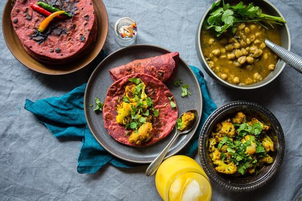 Chicken Curry: Rote Bete verleihen den Weizenpfannkuchen ihre intensive Farbe.