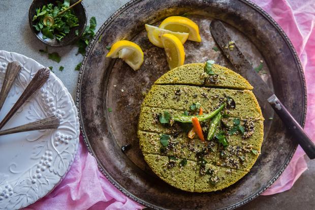 Chicken Curry: Dhokla-Küchlein werden aus Kichererbsenmehl angerührt und dann gedämpft, nicht gebacken.