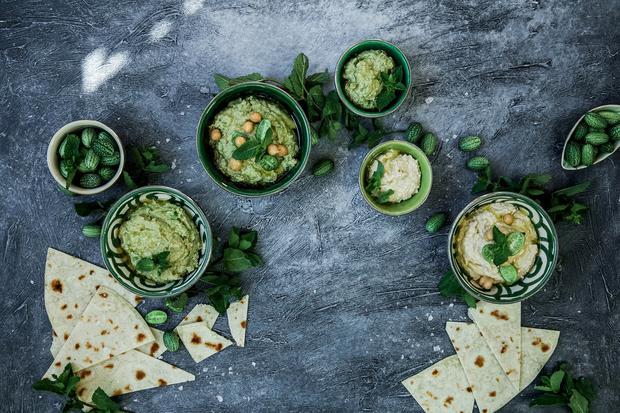 Hummus lässt sich vielfältig variieren, auch mit Avocado.