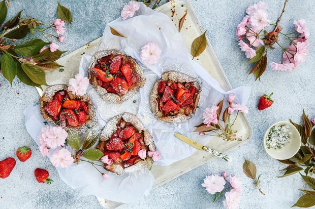 Die Galettes werden mit Erdbeeren und Rhabarber frühjahrsfein.