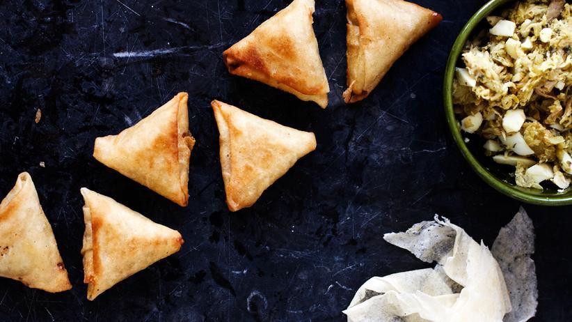Bissara: Die Briouats können süß oder salzig sein, hier sind die Teigtäschchen in der typischen Dreiecksform mit Ei gefüllt.