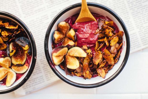 Avocadosalat: Schön knusprig: Granola lässt sich aus Kokoschips, Leinsamen und Mandeln leicht selbst herstellem. Einfach mit etwas Olivenöl auf ein Blech geben und im Ofen rösten.