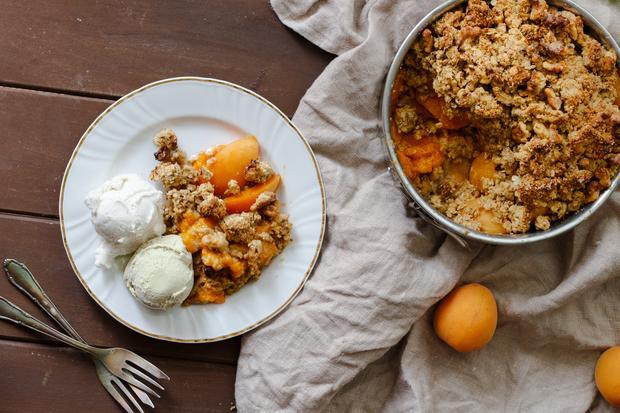 One-Pot-Rezepte: Zum Aprikosencrumble mit glutenfreien Streuseln passt im Sommer sehr gut Eis.