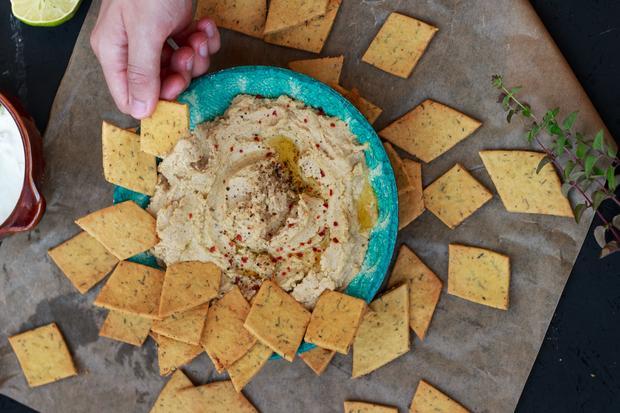 One-Pot-Rezepte: Kichererbsenmehl-Cracker haben eine vollwertige Basis, dazu gibt es Dips mit Hummus, Feta und Avocado.