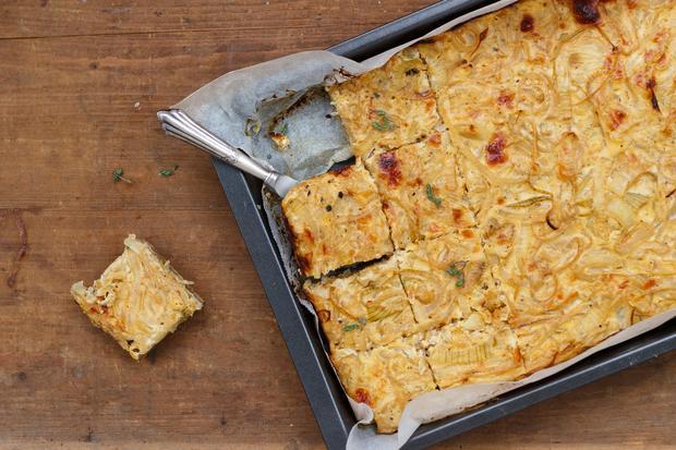 One-Pot-Rezepte: Kleiner Trick: Die Zwiebeln werden mit Apfelsaft abgelöscht, dadurch schmeckt der Zwiebelkuchen frisch und leicht süßlich.
