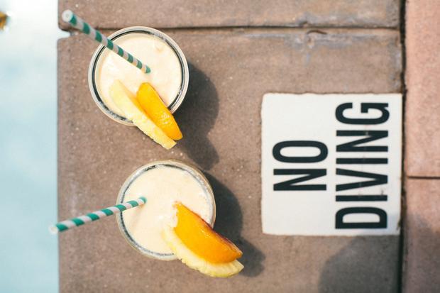 Avocadosalat: Kokoswasser soll ja sehr gesund sein, deswegen kommt es auch in diese Piña Colada. Der Rum ist optional.
