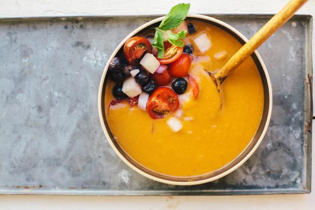 Avocadosalat: Die Gazpacho wird mit Tomaten und Blaubeeren garniert. Einen Kochtopf braucht man natürlich nicht – nur einen Mixer.