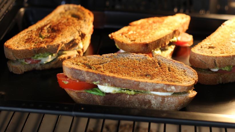 Caprese-Sandwich: Die Brote werden erst in der Pfanne angebraten, dann kommen sie in den vorgeheizten Backofen.