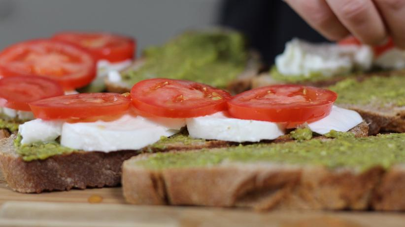 Caprese-Sandwich: Grün, Weiß, Rot: In dieser Reihenfolge wird das Brot präpariert.