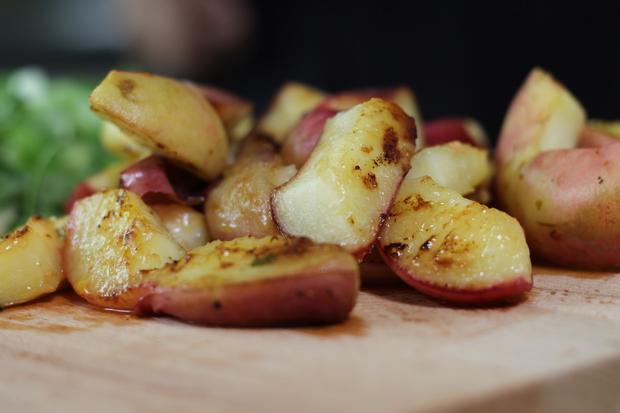 Huhn mit Pfirsichsalsa: Die Pfirsiche werden gebraten, das macht sie noch aromatischer.