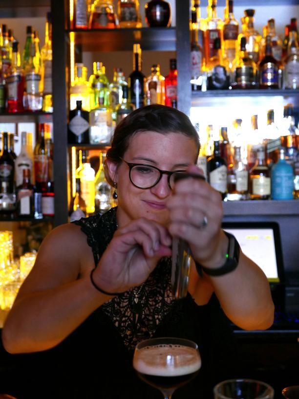 Pastis: Lucia Schürmann auf ihrer Seite des Tresens in der Galander Haifischbar