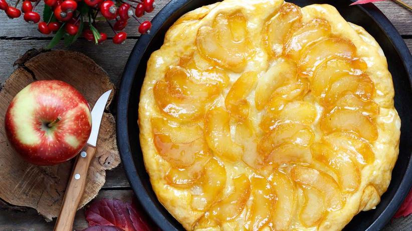 Feigentarte: Erst werden die Äpfel in der Pfanne gebraten, dann kommt der Blätterteigdeckel drauf – und das Ganze in den Ofen.