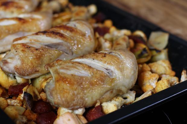 Die Haut der Hähnchenschenkel einritzen, dann garen sie schneller und gleichmäßiger.