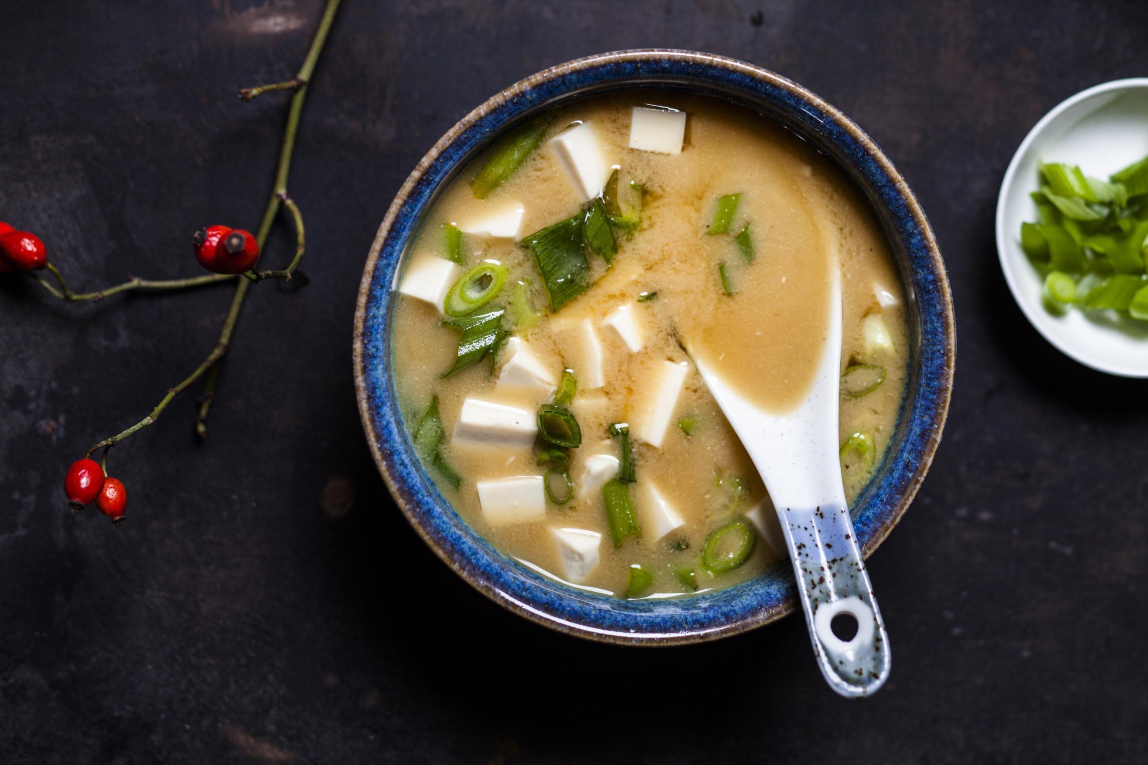 Fermentieren: Mehr Umami geht nicht: Das fermentierte Miso macht aus dieser japanischen Suppe mit Tofu und Frühlingswiebeln eine Delikatesse.