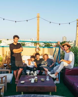 Haya Molcho: Mit ihren Söhnen Elior, Nuriel, Nadiv und Ilan (v. l.) auf einer Dachterasse in Tel Aviv