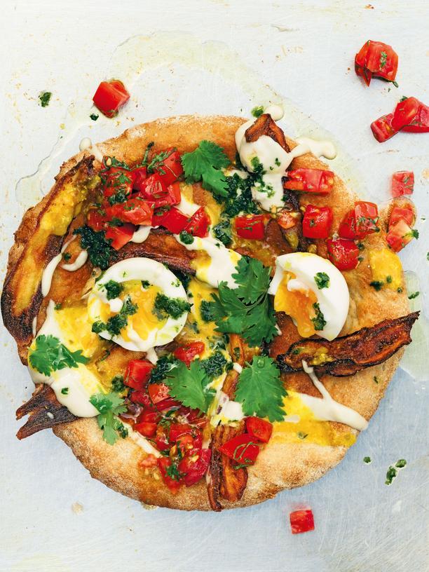 Haya Molcho: Das bessere Sandwich: Für dieses Sabich belegt Haya Molcho selbstgebackenes Focaccia mit frischen Tomaten, frittierten Auberginen und gekochten Eiern. Das Gericht stammt ursprünglich von einem aus dem Irak eingewanderten Imbissbesitzer in Tel Aviv.