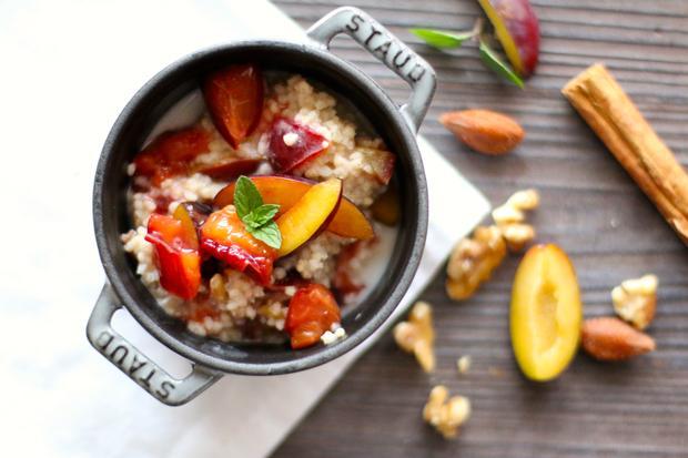 Pflaumenzeit: Süß und warm: Dieser Hirsebrei mit Pflaumen und Walnüssen ist eine herbstliche Alternative zum Frühstücksei.