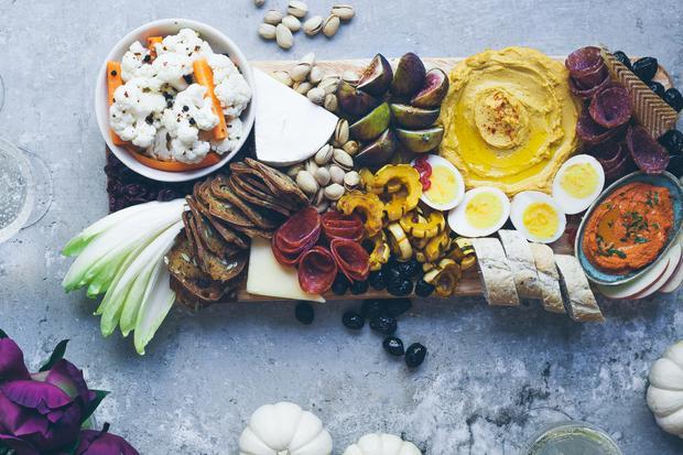 Herbstliche Ernteplatte: Es muss nicht immer Suppe sein, schließlich ist Kürbis ein Verwandlungstalent. Bei diesem Sonntagsessen kommt die Riesenbeere auch ins Brot, ins Dessert und in den Drink.