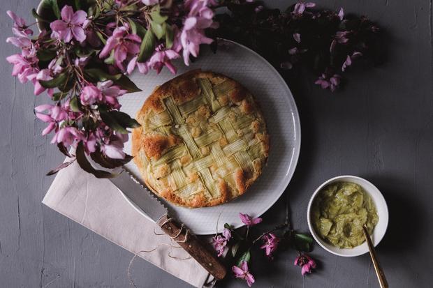 Rhabarberkuchen: Eine Empfehlung fürs nächste Frühjahr: der Rhabarberkuchen mit elegantem Gittermuster