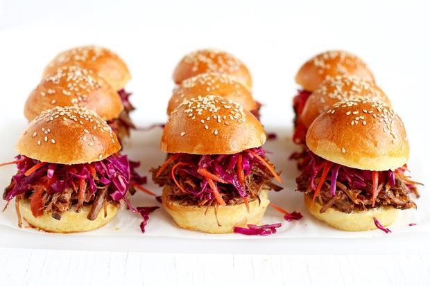 Für die Pulled Pork Sandwiches wird Schweineschulter erst mit Gewürzen eingerieben und dann langsam im Ofen zum Zerfall gebracht.