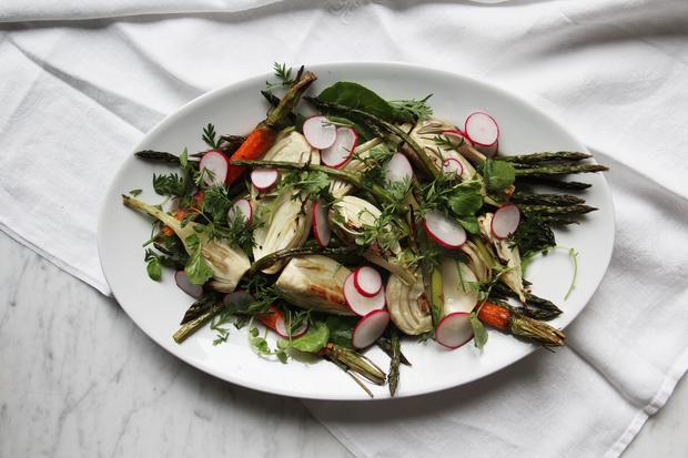 Gebackenes und rohes Gemüse, dazu Hummus als Dip: Müssen wir mehr sagen?