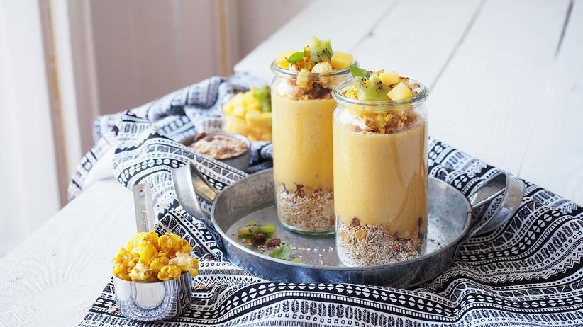 Smoothie-Bowl mit Mango und Kurkumapopcorn: Dieses Popcorn knallt so richtig