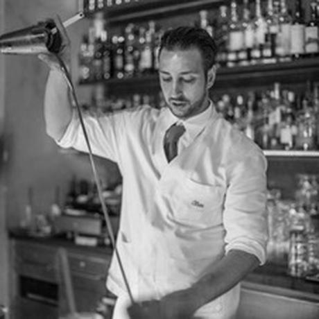 Old Fashioned: Cihan Anadologlu hinter dem Tresen seiner Münchner Bar Circle.