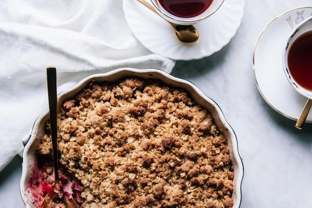 Beeren mit Streusel – das ist Crumble und eine typisch britische Nachspeise.