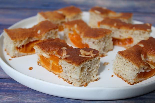 Dieser Marillenkuchen mit Mandeln basiert auf einem schnellen Rührteig, der durch Joghurt saftig wird.