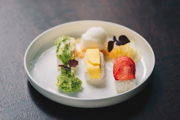 Wie süß: Sushi mit Mango, Erdbeere und Melone, bestäubt mit Algenpulver.