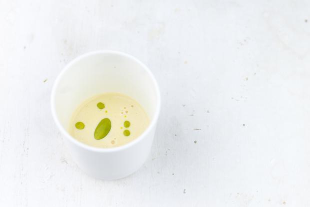 Mangold-Tortellini: Knoblauchsud mit Schnittlauchöl