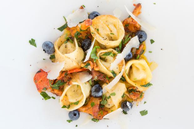 Mangold-Tortellini: Mangold-Tortellini mit Pfifferlingen und Heidelbeeren