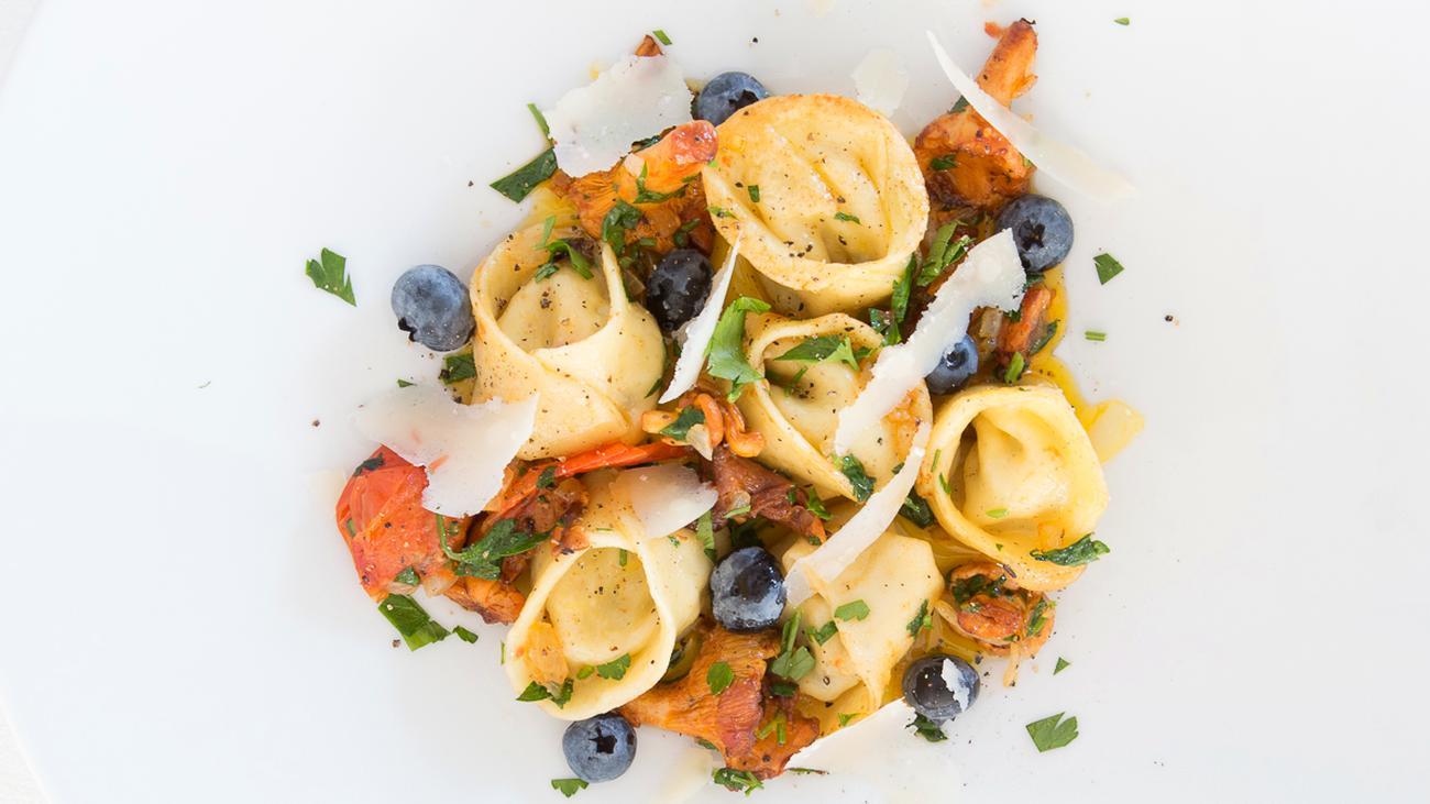 Mangold-Tortellini: Trifft ein Mangold eine Heidelbeere