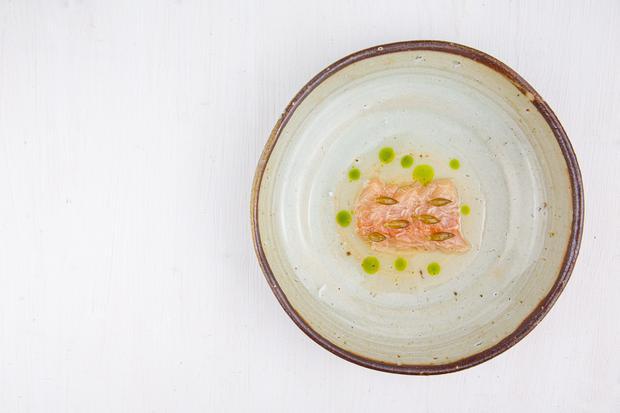 Mangold-Tortellini: Saibling mit fermentiertem Tomatenwasser, Bärlauchkapern und Schnittlauchöl