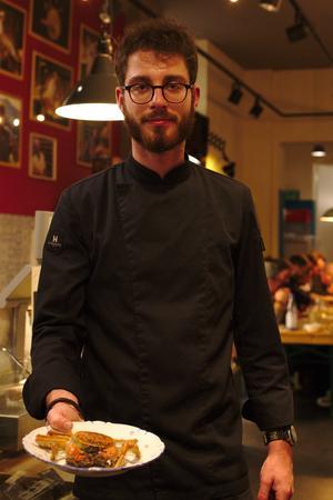 Invasive Arten: Andreas Michelus mit einer im Ganzen gekochten Wollhandkrabbe