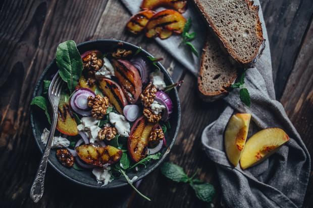 Salat mit gegrilltem Ziegenkäse und Walnüssen