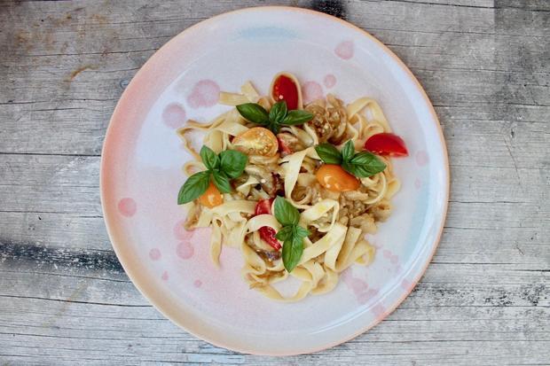 Resteverwertung: Tagliatelle mit Tomaten und Aubergine – deren Raucharoma gibt dem Gericht viel Aroma.