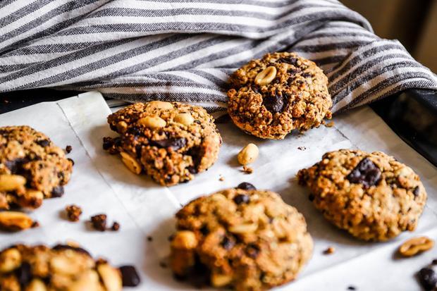 Backrezepte: Haferflocken-Quinoa-Chocolate-Chip-Cookies mit gerösteten Erdnüssen
