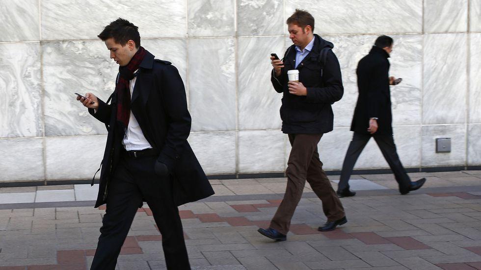 Das Smartphone ist das Accessoire, das zu jedem Outfit genau die falsche Haltung schafft.